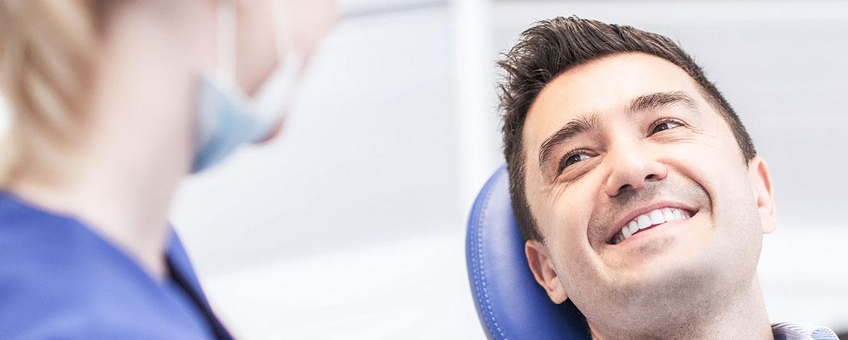 lächelnder Mann der sich über seine Zahnfüllungen freut