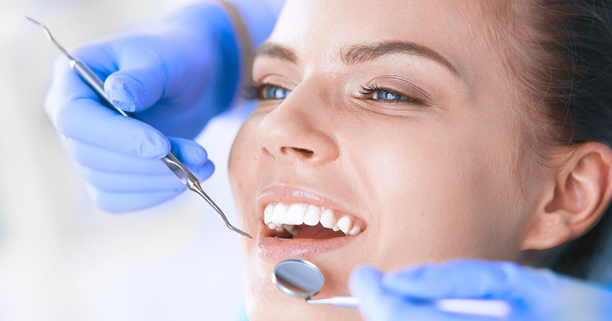 Blog Head - Zahnfleischentzündung: Person im Patientenstuhl
